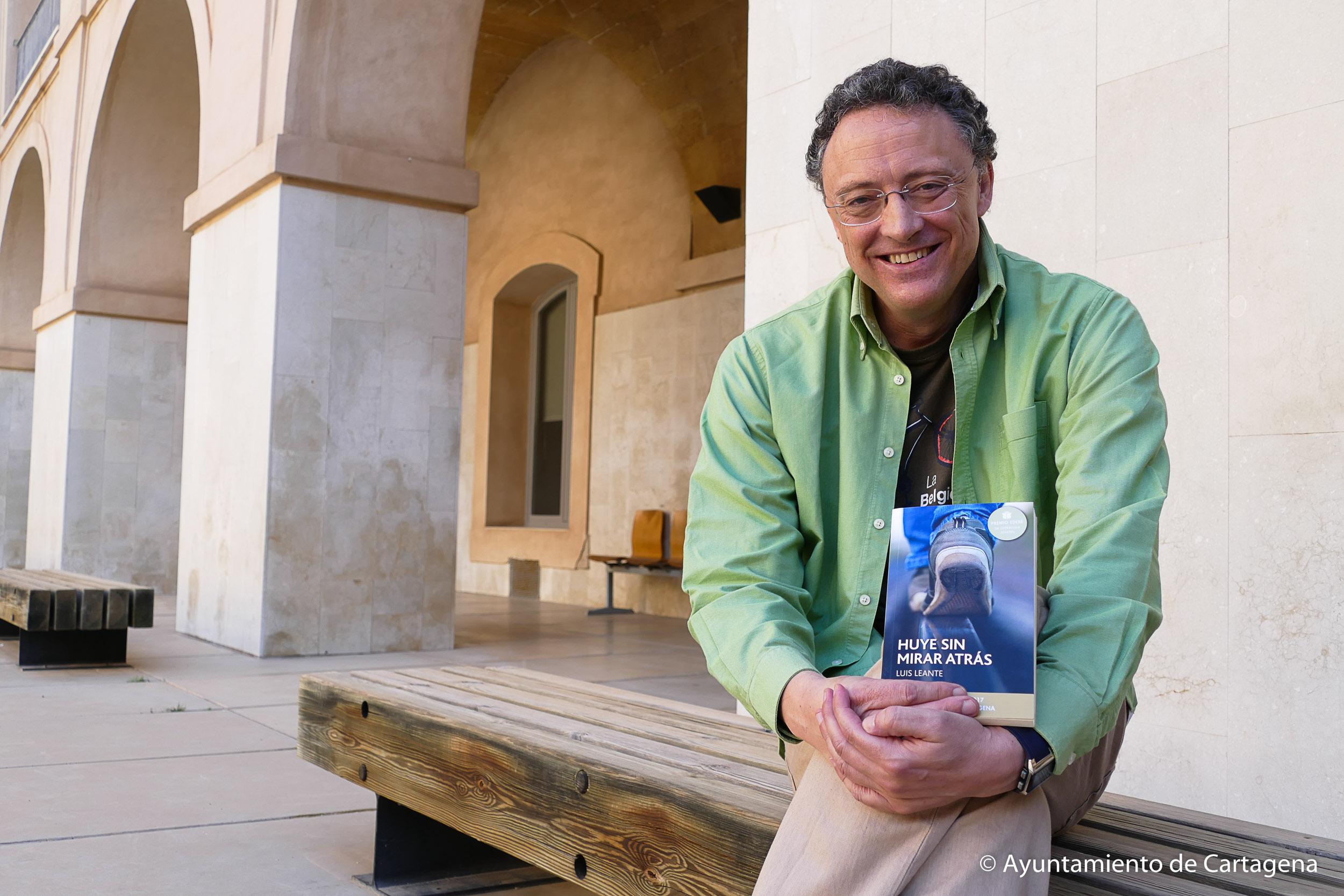 Presentación del libro 'Huye sin mirar atrás' de Luis Leante