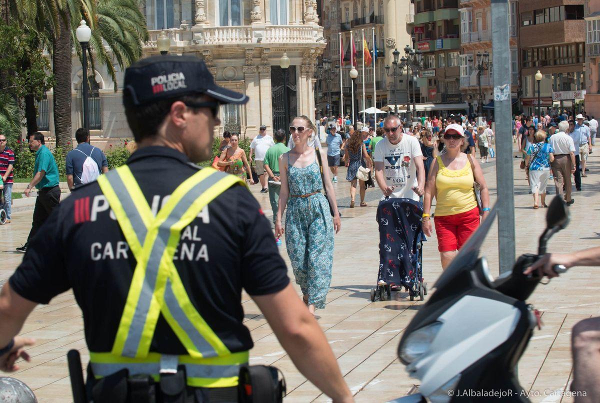 Policía local regulando la circulación en la zona del Puerto