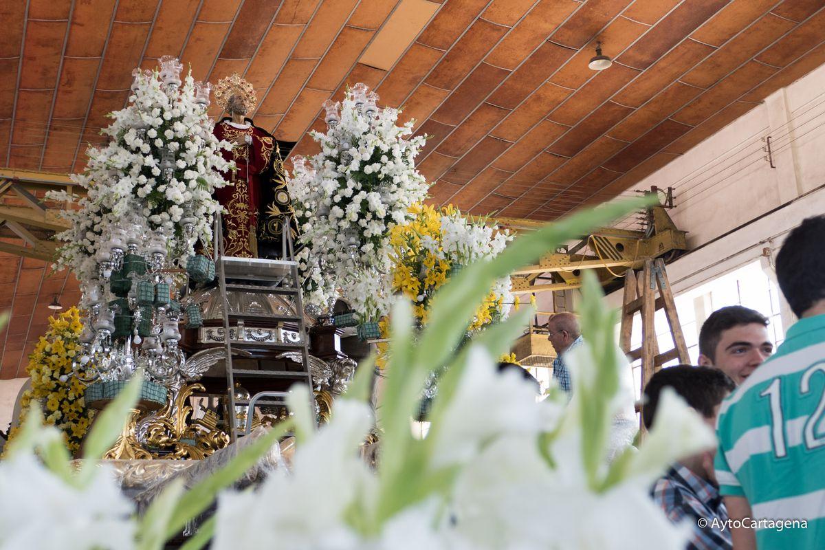 San Pedro, Santiago Apóstol y San Juan Evangelista aguardan la Procesión de los Traslados