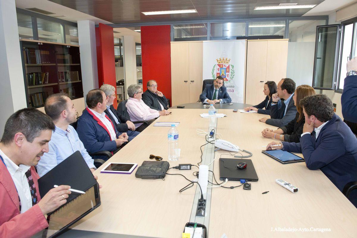 Reunión del alcalde y hermanos mayores para conocer el sistema de gestión de las sillas de Semana Santa en Málaga