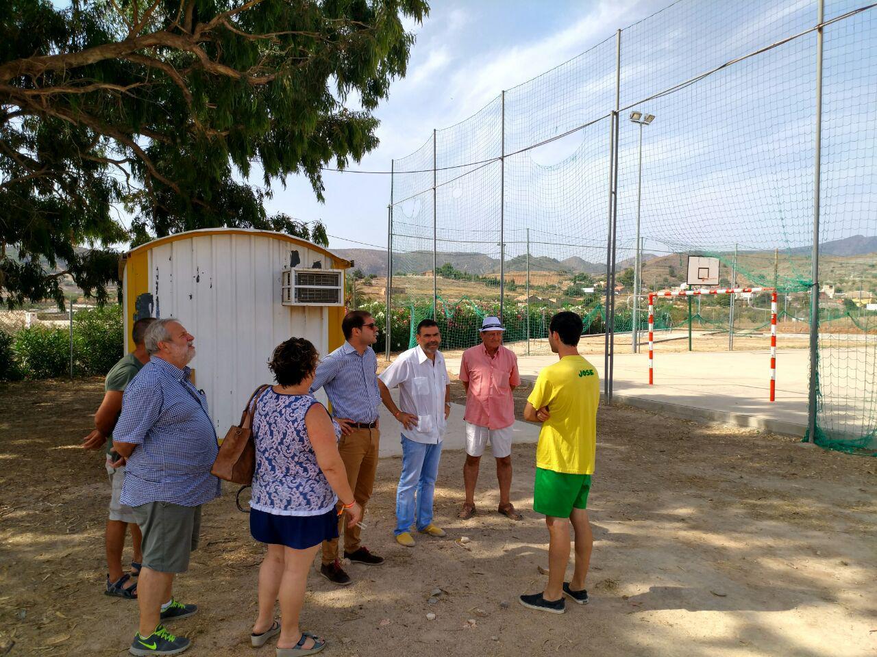 Visita de José López y Ricardo Segado al campo de fútbol municipal y la pista deportiva de Perín