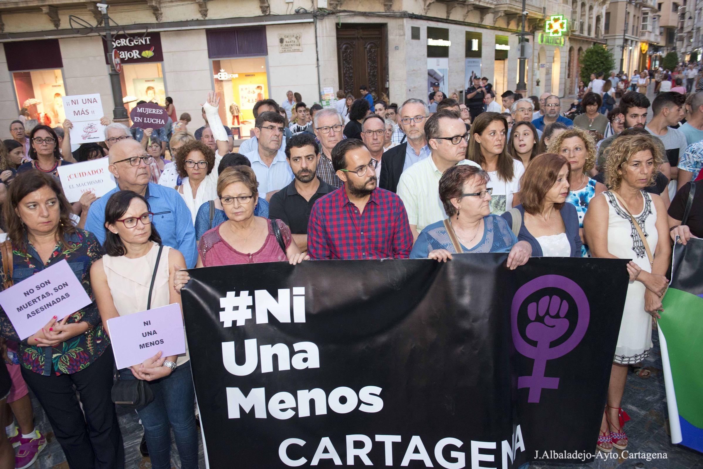 Concentración en la plaza del Icue contra la violencia de género por el asesinato de una mujer en canteras a manos de su ex pareja