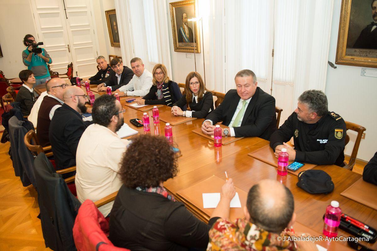 Reunión del delegado del Gobierno y la alcaldesa con representantes de entidades sociales