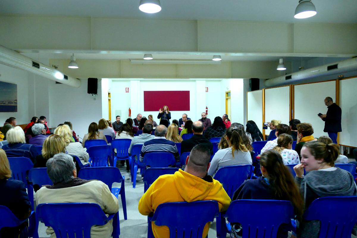 La alcaldesa explicando informando a los vecinos sobre la acogida a inmigrantes en el CIFP Hespérides
