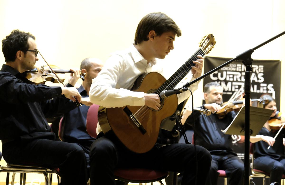 Antonio Molina en uno de los conciertos promocionales de Entre Cuerdas y Metales