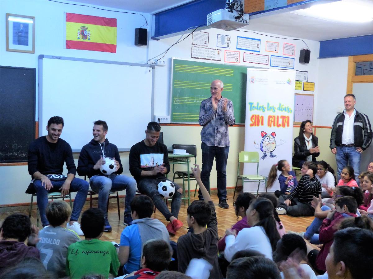 imagen de archivo de la visita de varios jugadores del FC Cartagena al CEIP La Asomada