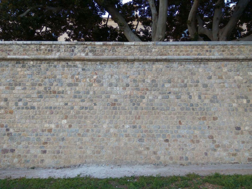Pretil restaurado de la Muralla de Carlos III en el lienzo del antiguo Hospital Militar
