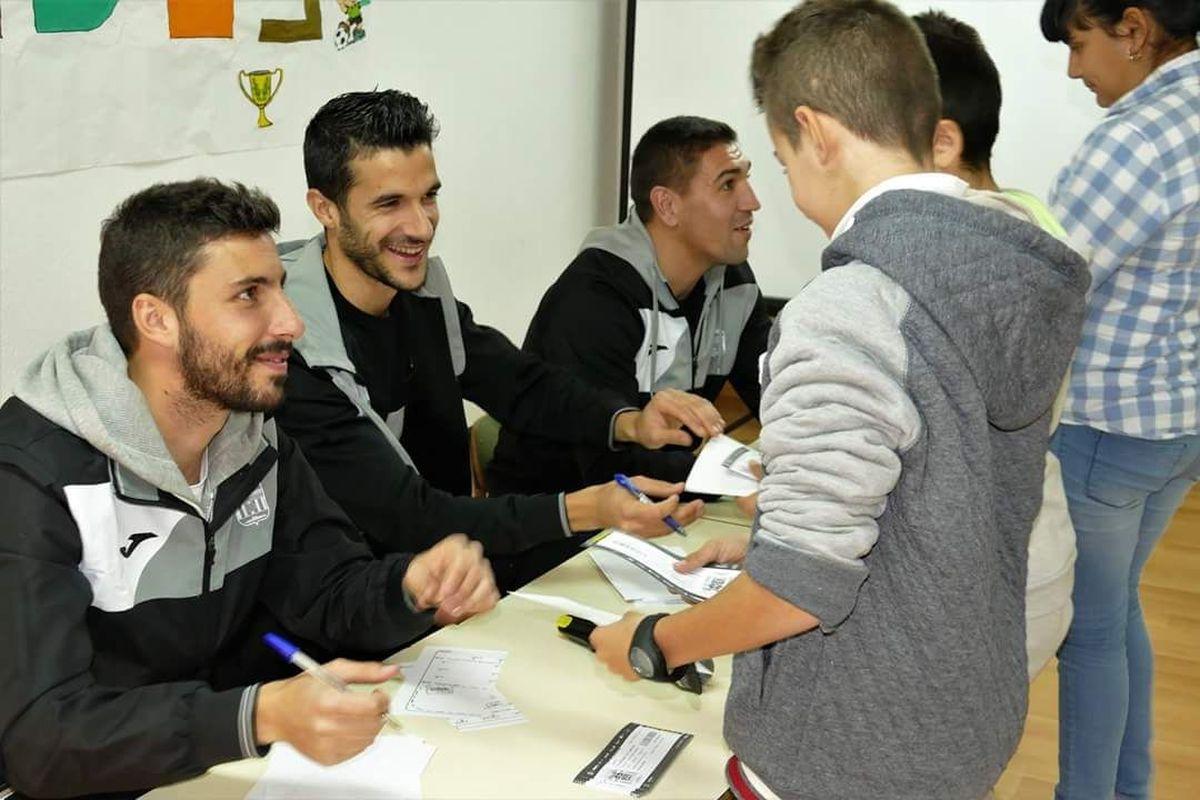 Visita de los jugadores del F. C. Cartagena al colegio Ntra. Sra. del Mar
