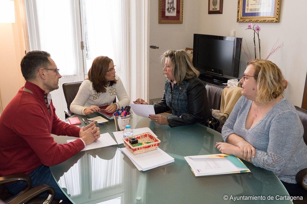 Reunión de la alcaldesa con representantes del Carnaval