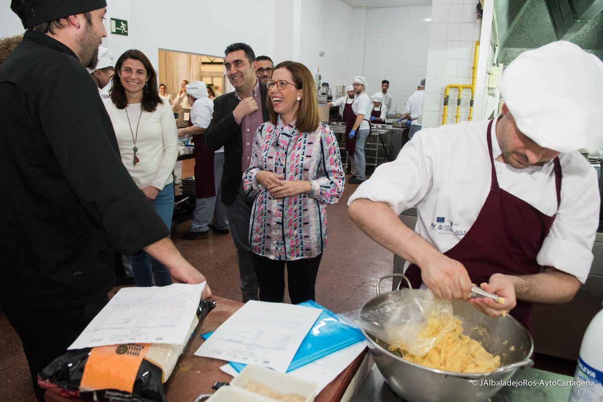 Visita de Ana Belén Castejón y Manuel Mora a los alumnos delprograma de la ADLE 'Tres Tenedores' en las cocinas de La Milagrosa