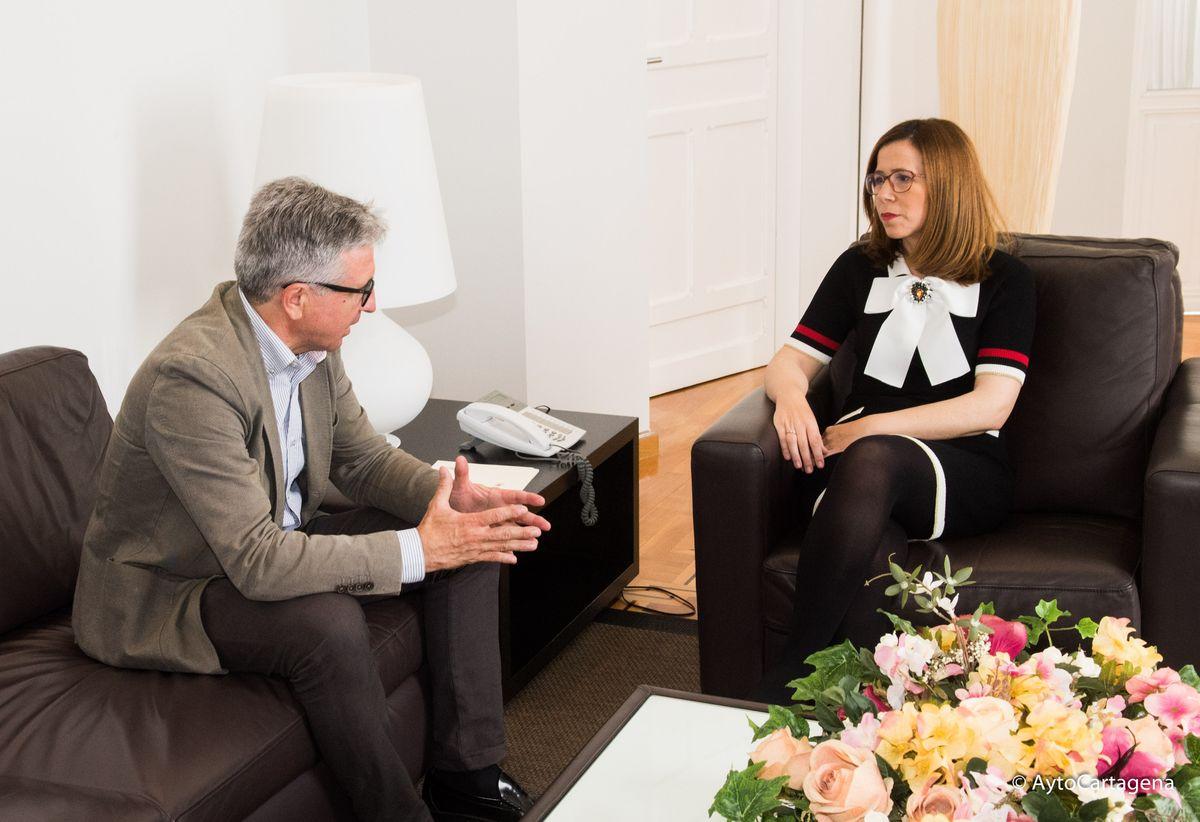 La alcaldesa con el nuevo presidente de la FAVCAC, Leandro Sánchez