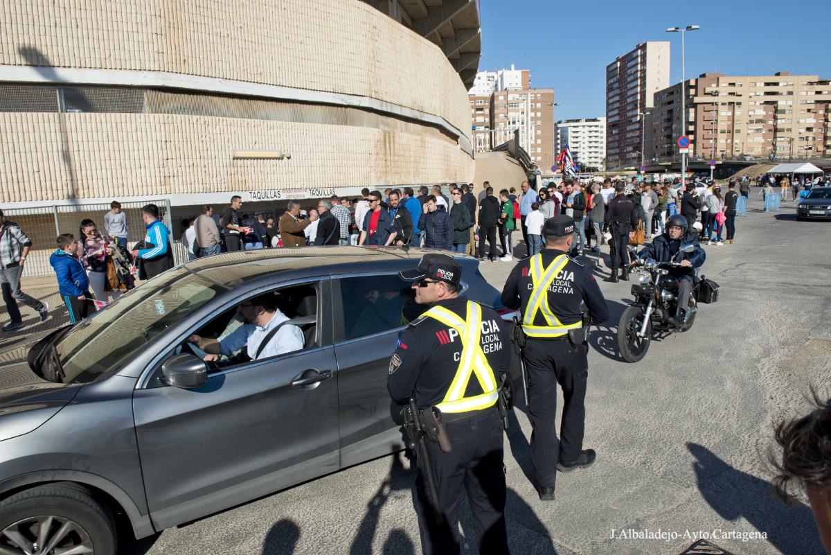 Policía Local regulando los accesos al estadio Cartagonova en un encuentro del FC Cartagena