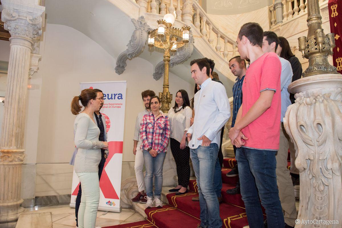 Jóvenes del Programa EXPEURA firman su contrato de trabajo para el extranjero
