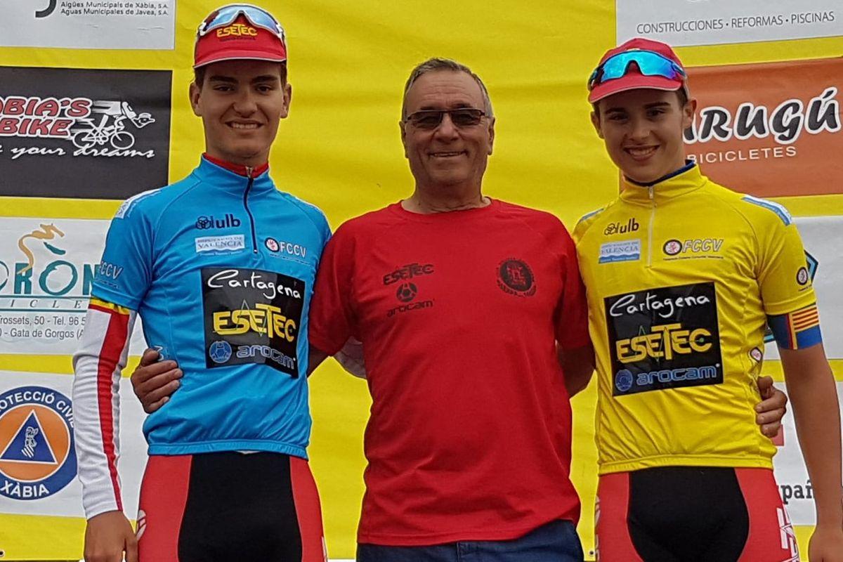Marcos Hinojosa (maillot amarillo de líder) y Óscar Sánchez (maillot azul de las metas volantes) en el podio junto a Francisco Garcia (patrón de la empresa Esetec).