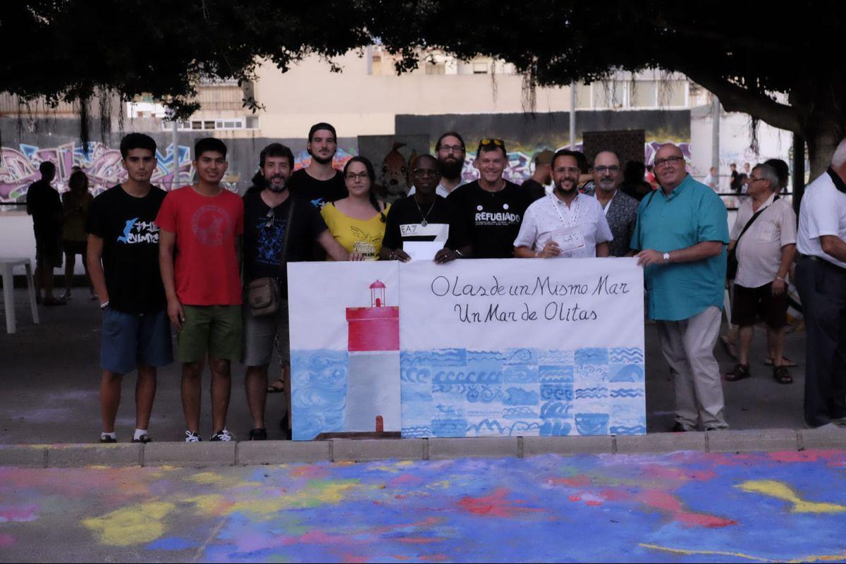 El concejal David Martínez repartiendo entradas para La Mar de Músicas entre colectivos sociales