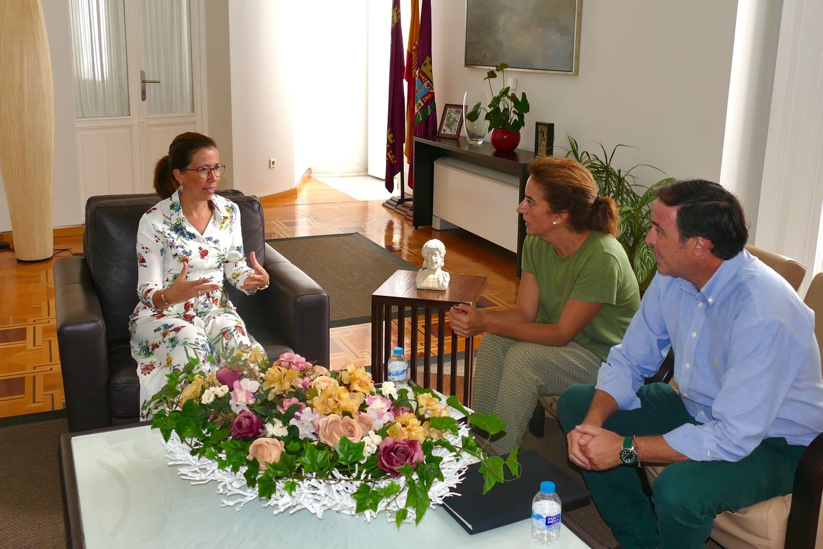 La alcaldesa despide a los técnicos que presentarán en Lisboa el proyecto MAPS del Castillo de Los Moros y Los Mateos
