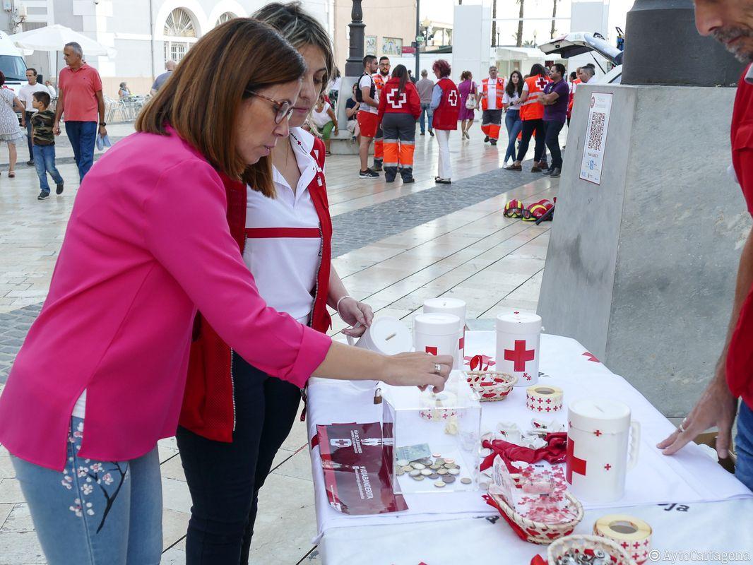 Mesa petitoria de Cruz Roja el 'Día de la Banderita', plaza del Ayuntamiento