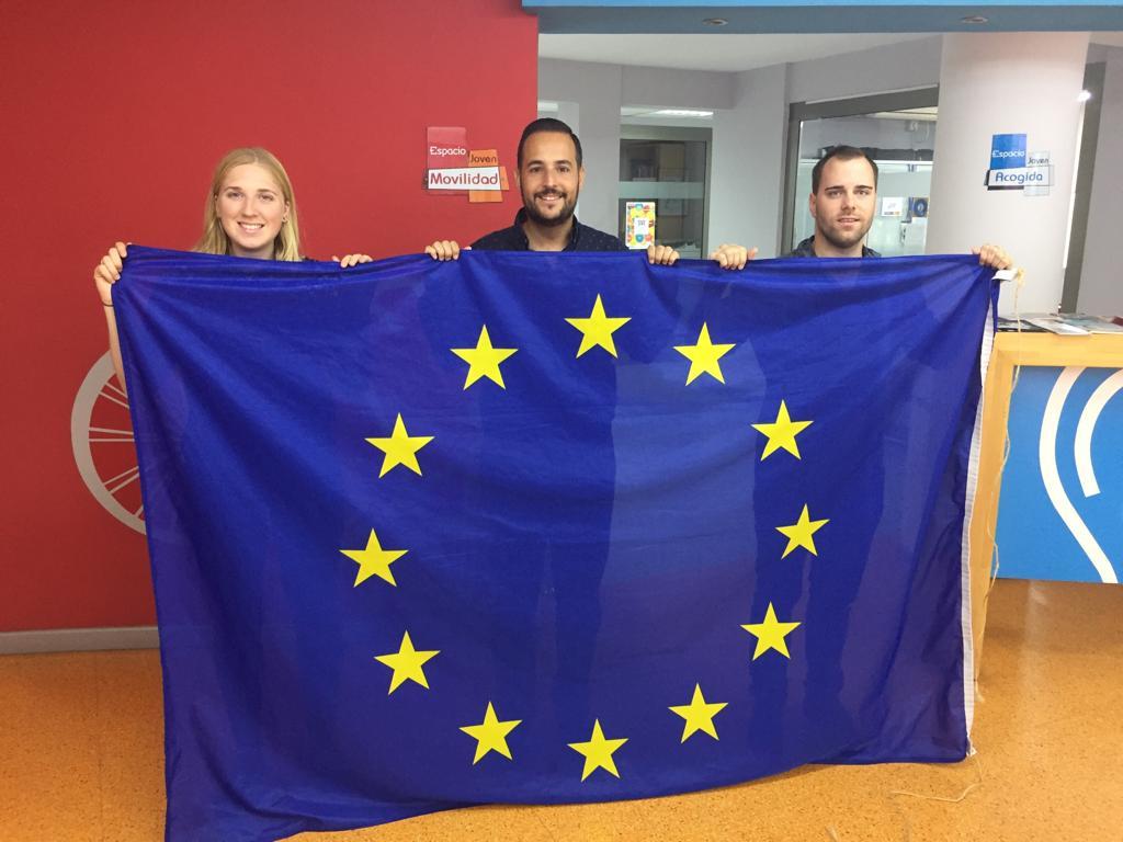 El concejal David Martínez con los voluntario europeos Milena y Kristjan