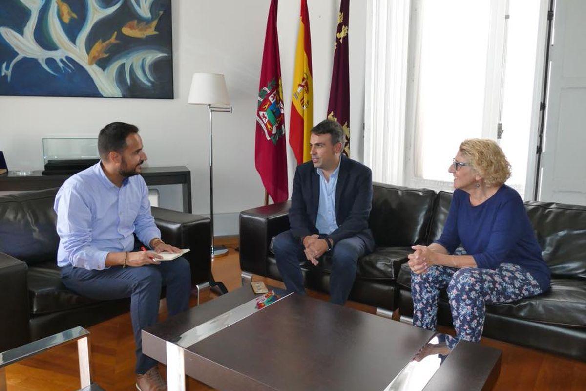 Daqvid Martínez y Mercedes García con Pedro Belmonte, nominado a Mejor Docente de España