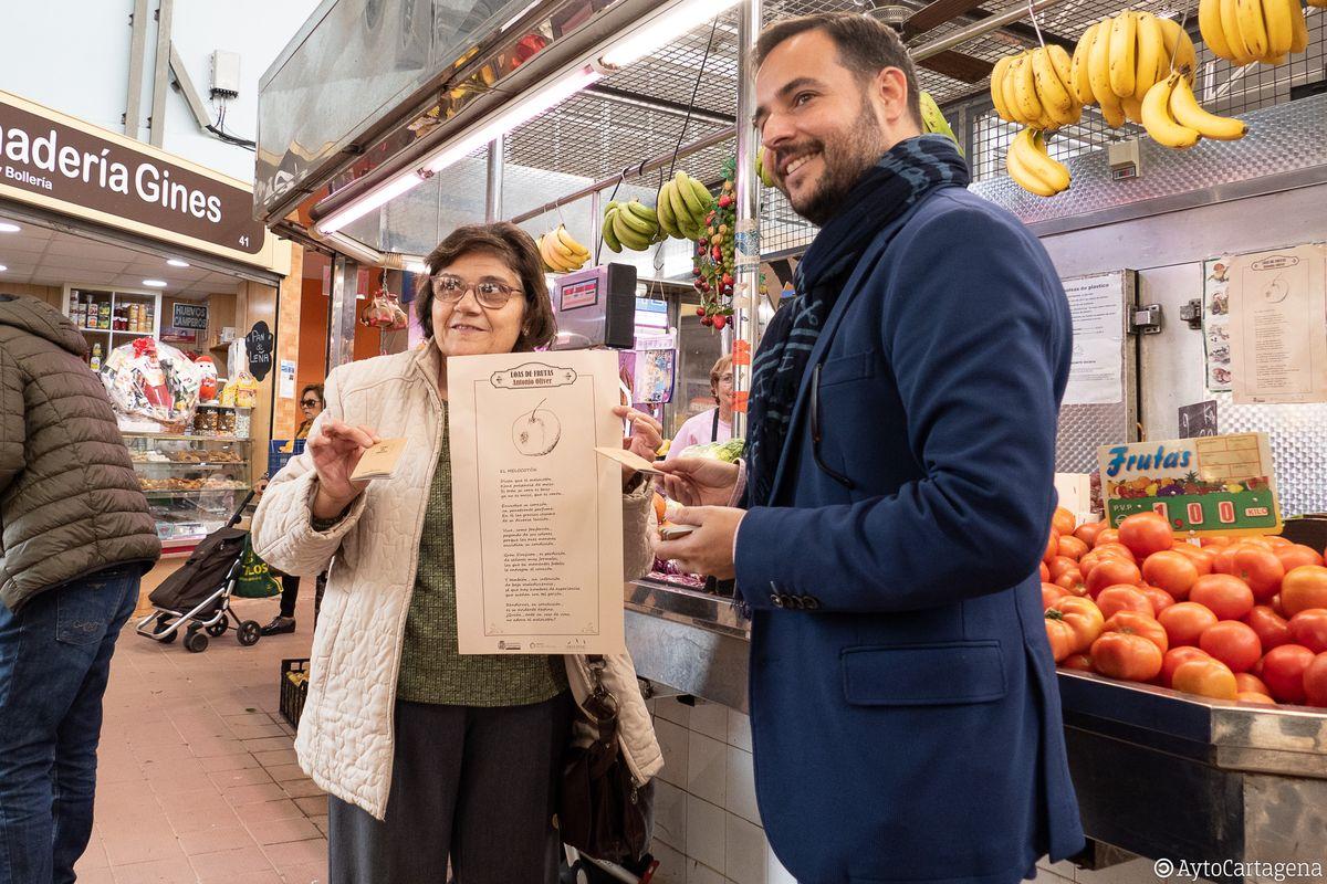 Mil quinientos cuadernillos de las 'Loas de Frutas' de Antonio Oliver se reparten gratuitamente en las fruterías