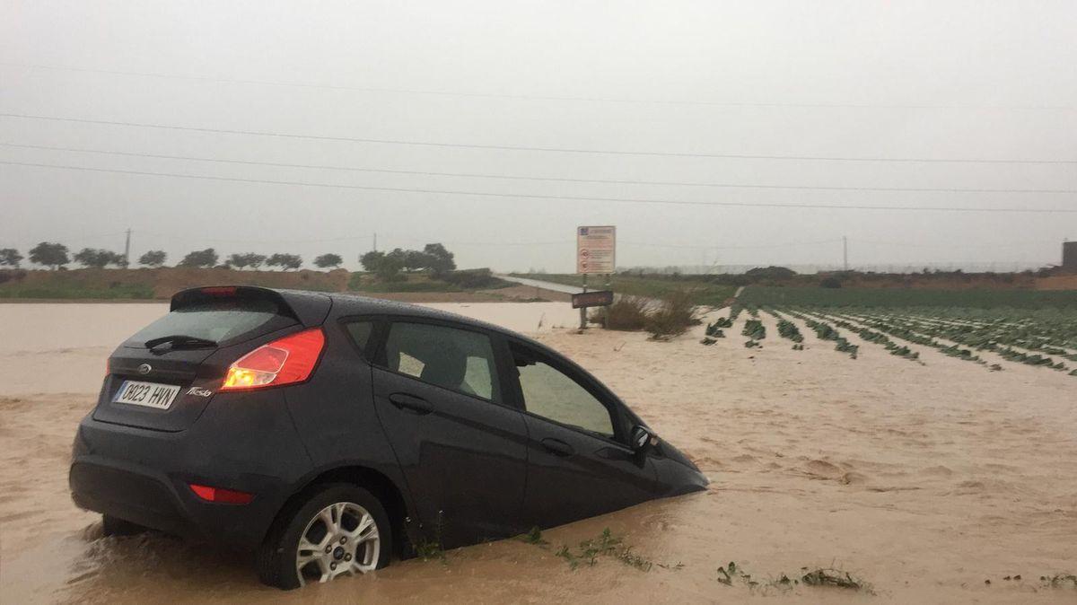 Cortes de carreteras y vehículos atrapados en el Camino del Sifón por las fuertes lluvias