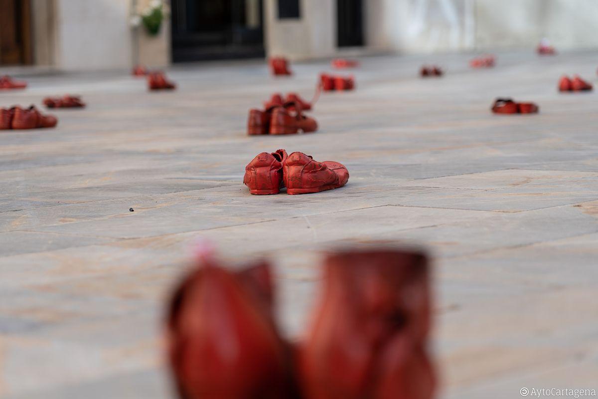 Zapatos Rojos en la Plaza del Par contra la Violencia Machista
