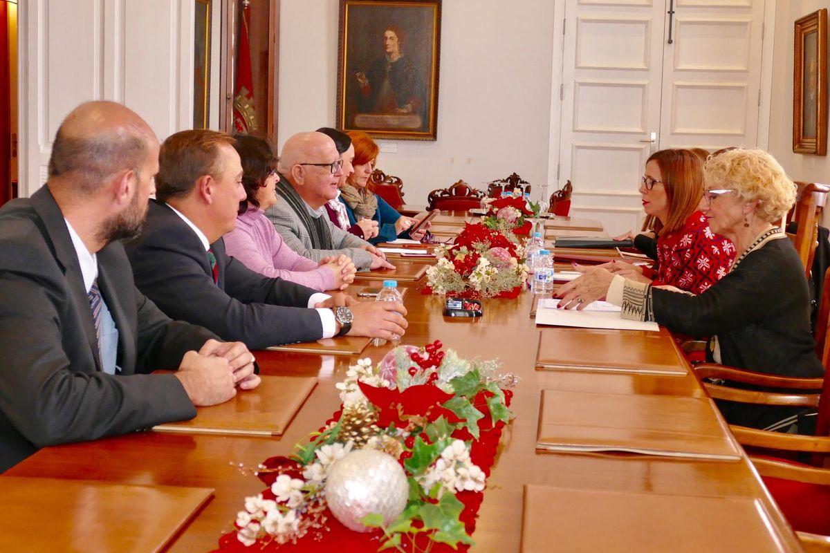 Reunión de la alcaldesa con los portavoces municipales sobre la declaración de Cartagena como Ciudad Amiga de la Infancia