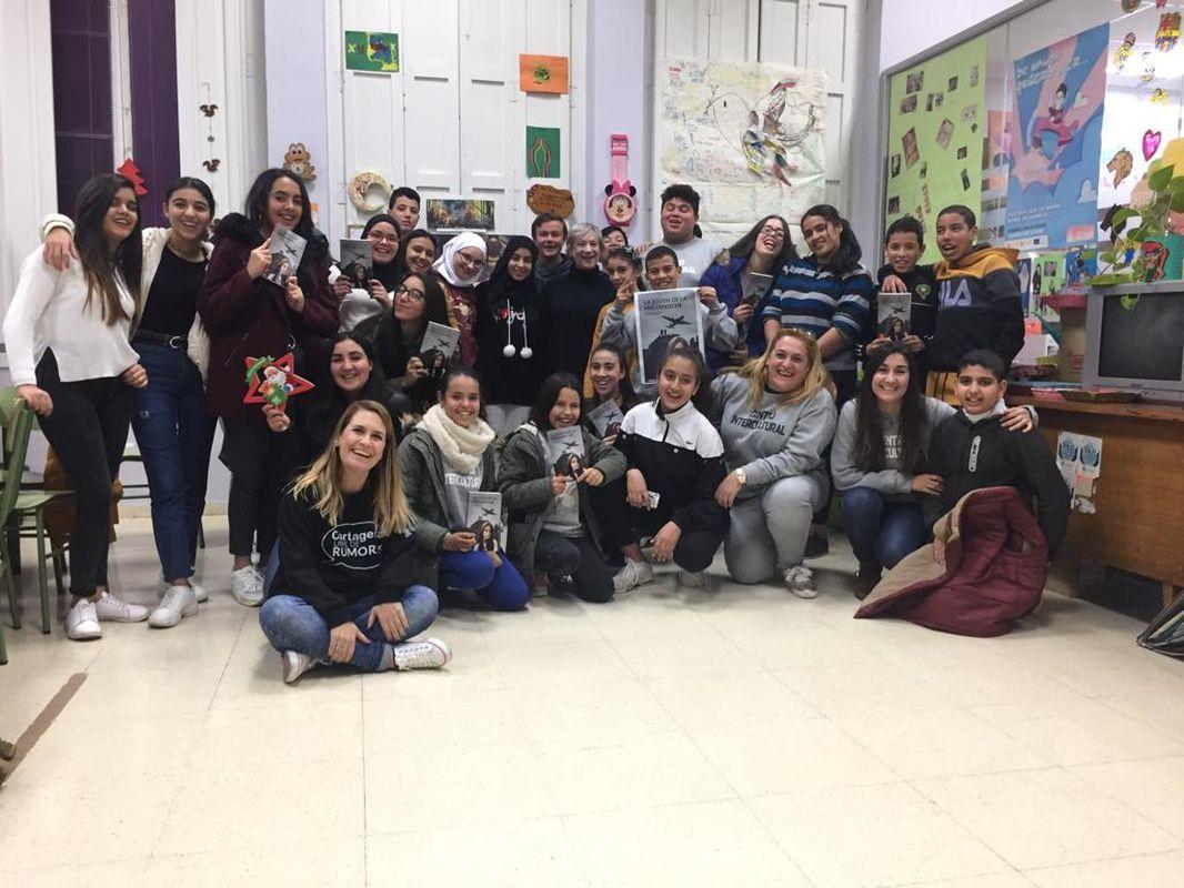 La escritora Gisela Pou y jóvenes de la Unidad de Inmigración