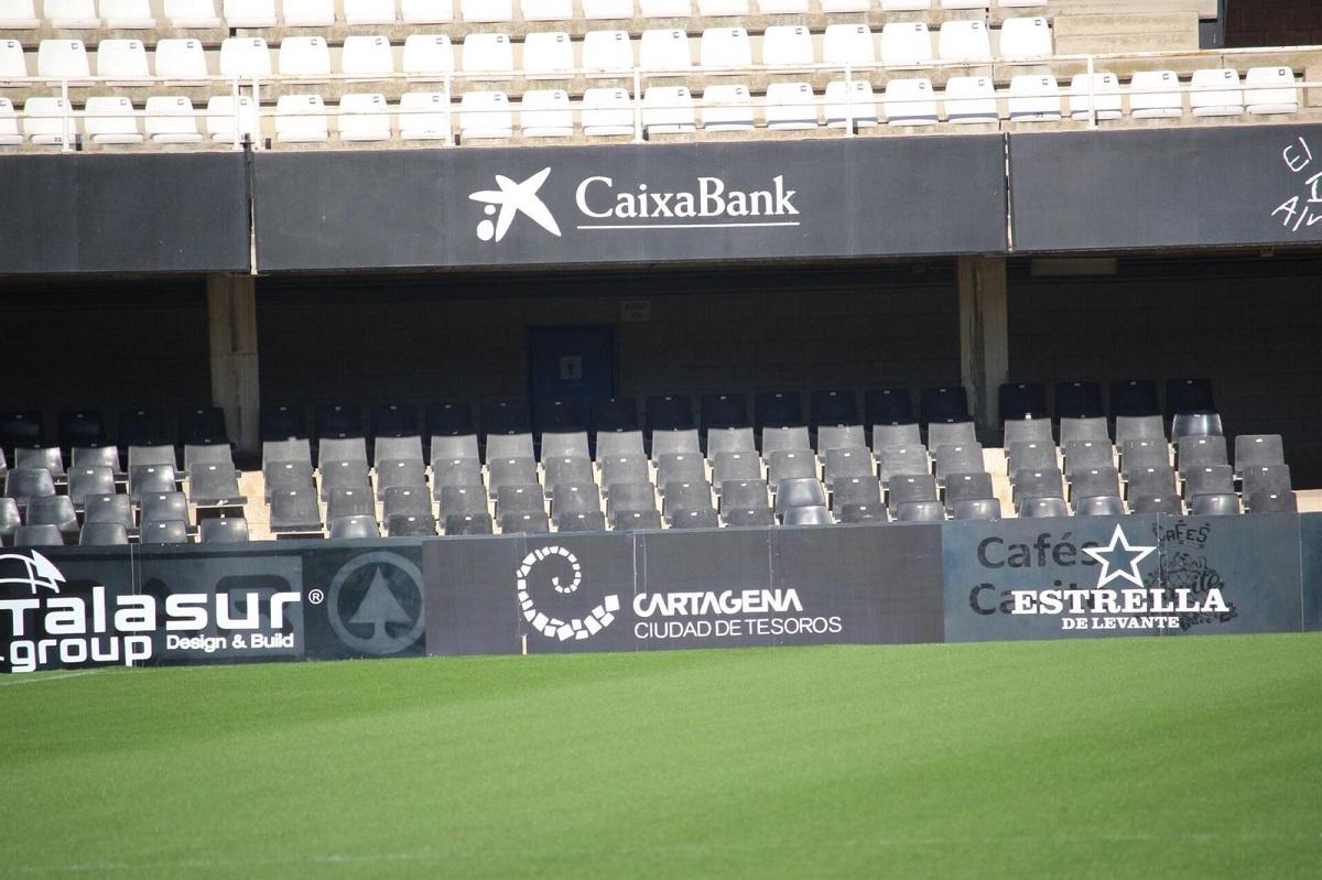 Vallas en el estadio municipal Cartagonova con el patrocinio de Turismo