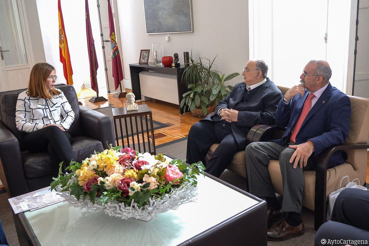 La alcaldesa y el concejal de Cultura con los directivos del premio Procesionista del Año
