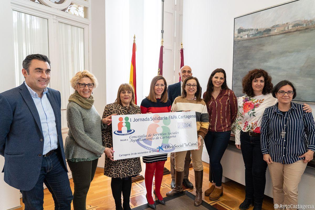 Entrega cheque de la FAPA al proyecto La Botica del Libro