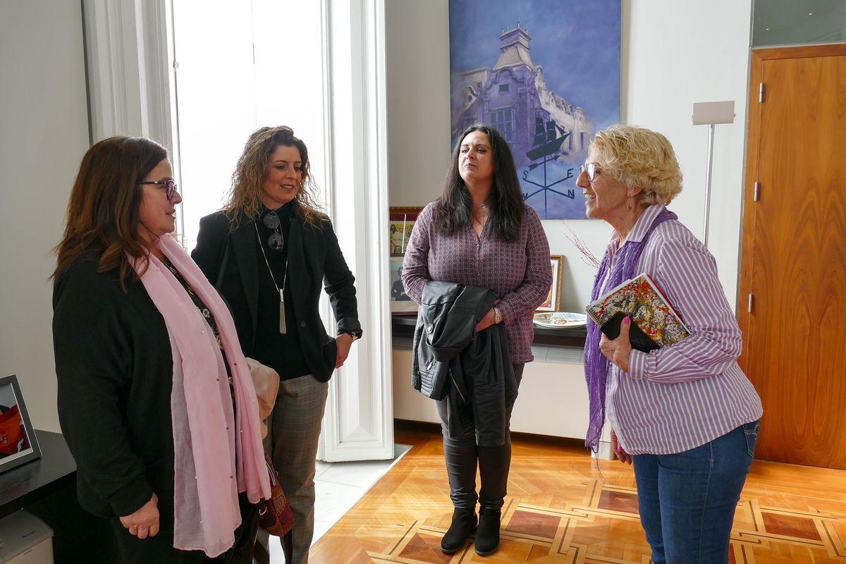 La alcaldesa y la concejala de Servicios Sociales reciben a las responsables de la asociación de Lupus de Cartagena