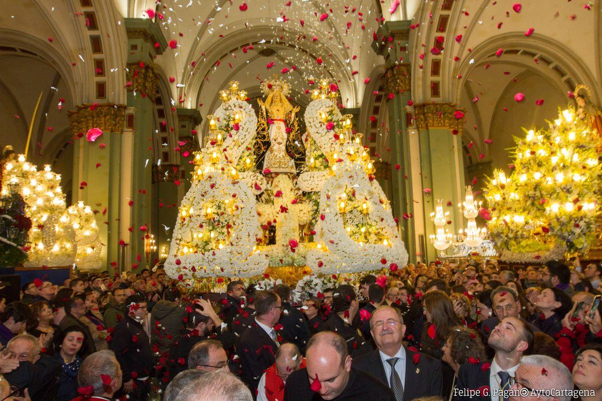 Vía Crucis marrajo en el interior del templo de Santa María de Gracia