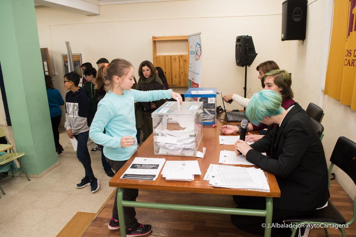 Imagen de archivo de las votaciones de presupuestos participativos en colegios