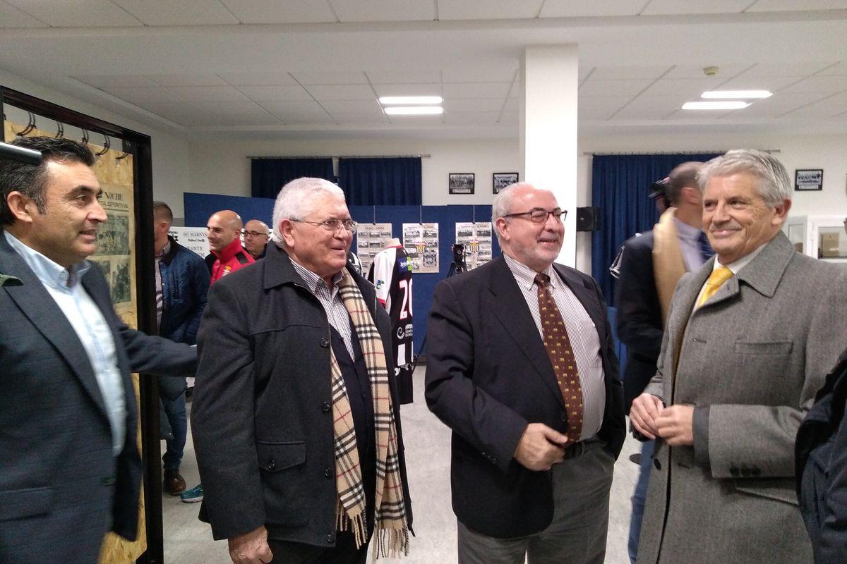 El concejal de Deportes y el presidente de la UCAM visitando la exposición del Centenario del Efesé