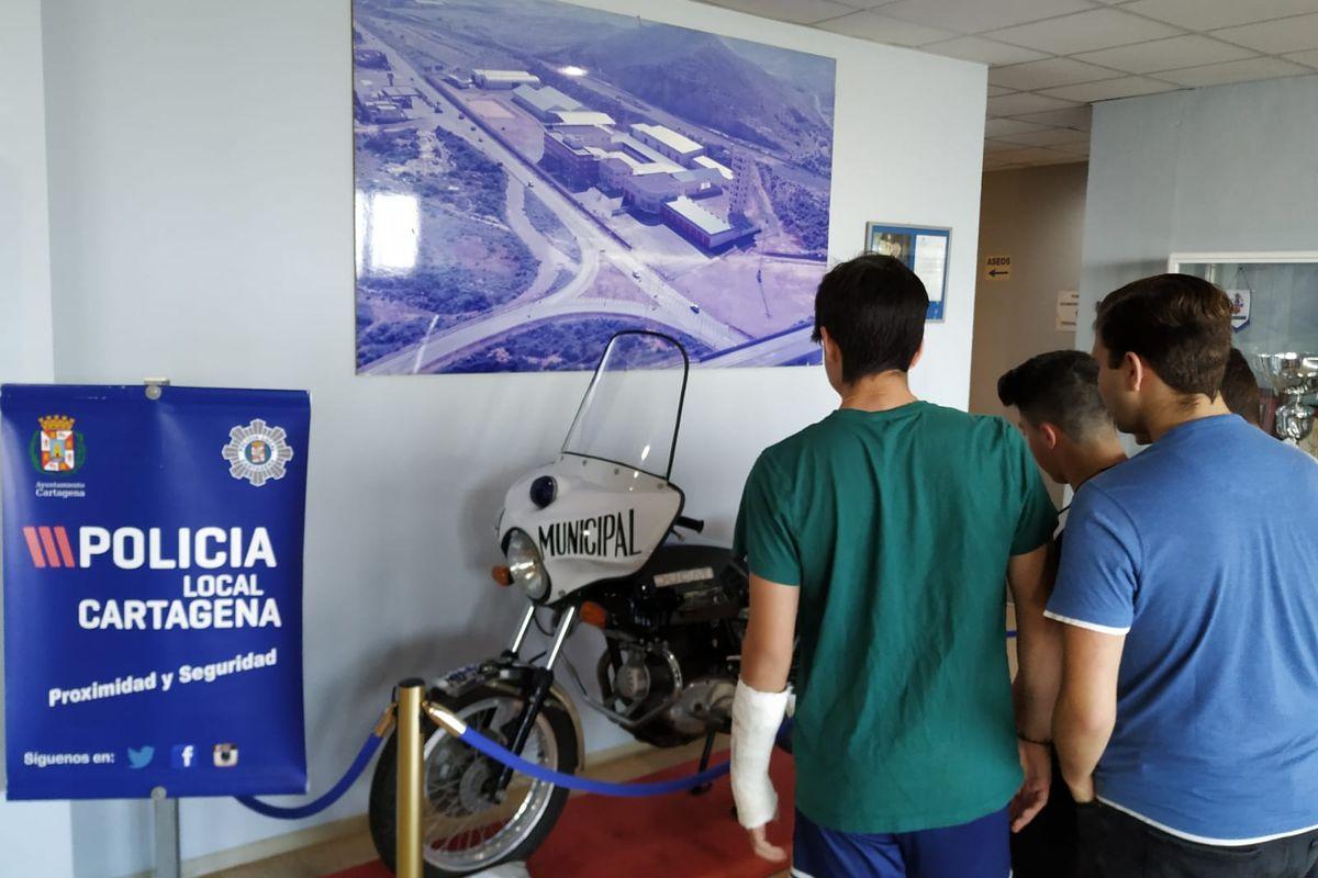 Alumnos de 4º de la ESO del IES San Isidoro visitando a la Policía Local de Cartagena