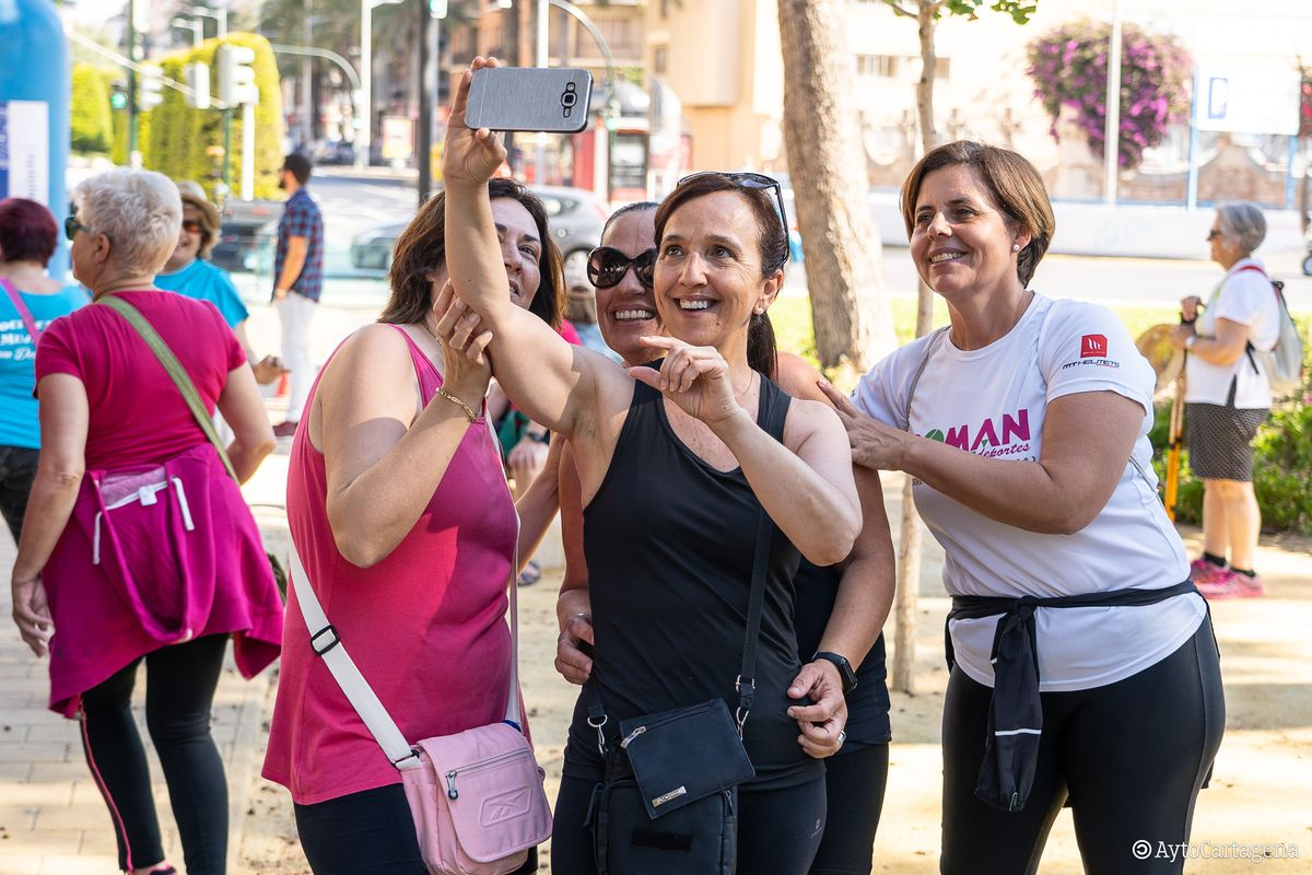 Más de un centenar de mujeres marchan por la investigación de la endometriosis