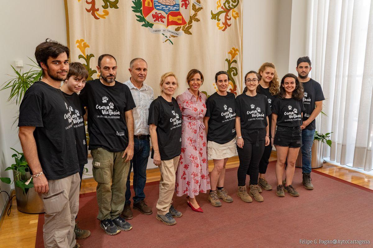 Visita al Palacio Consistorial de un grupo de paleontólogos de Cueva Victoria