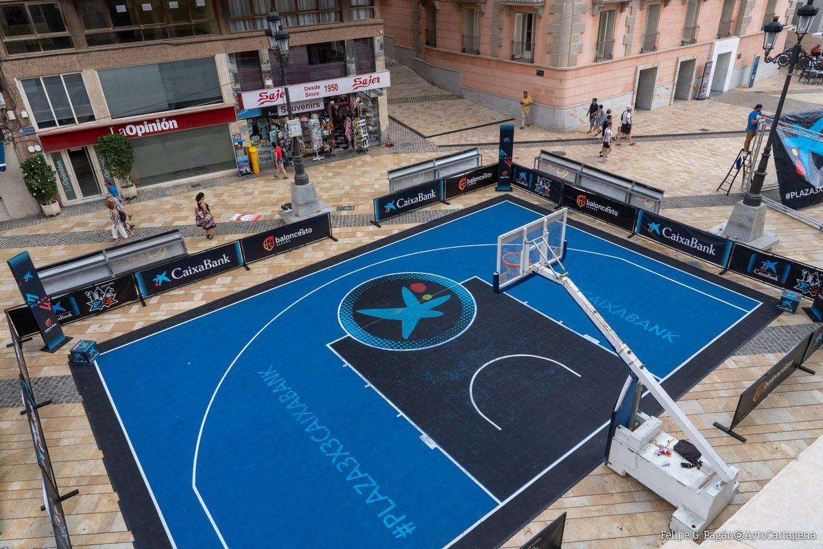 Preparativos del Torneo 3x3 de Baloncesto en la plaza del Ayuntamiento