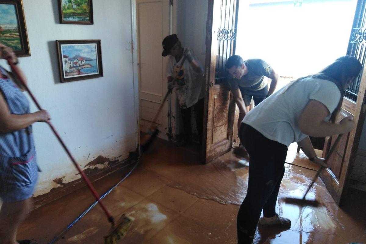Voluntarios colaborando en Los Nietos