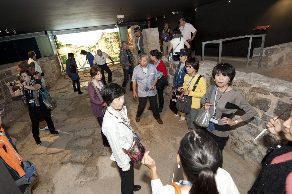 Turistas asiáticos visitando yacimientos arqueológicos de Cartagena