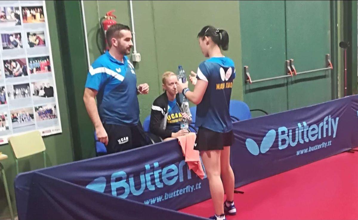 La jugadora María Xiao junto al entrenador Jesús Cantero
