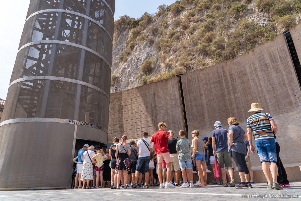 Turistas accediendo al ascensor panorámico junto a los antiguos refugios de la calle Gisbert