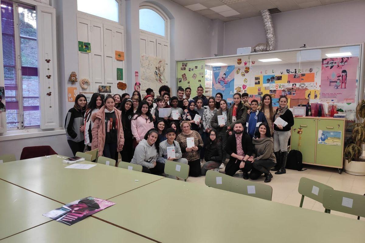 Eloy Moreno visita los centros interculturales de Servicios Sociales