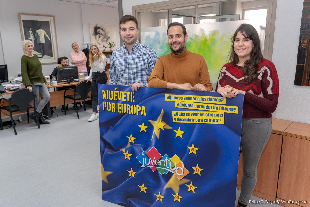 El concejal David Martínez con los voluntarios europeos