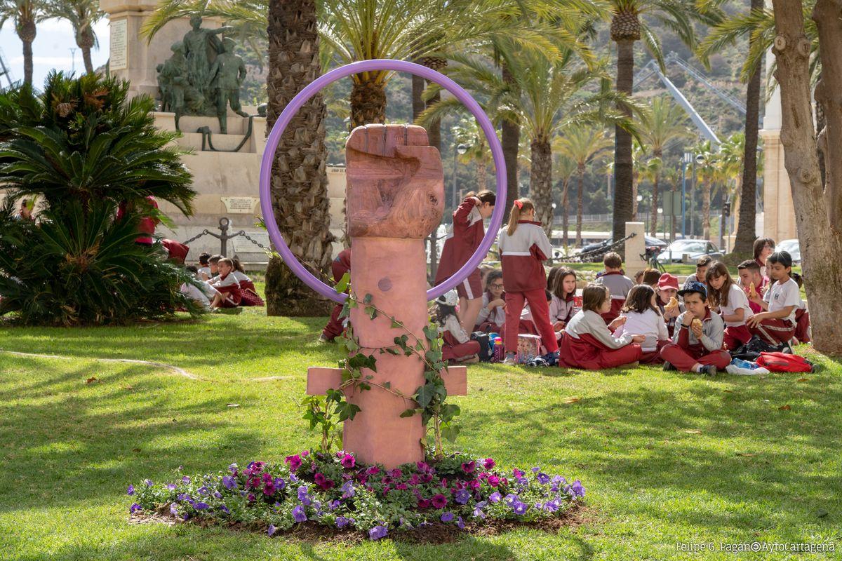 Estatua Puño Jardines 8M Mujer