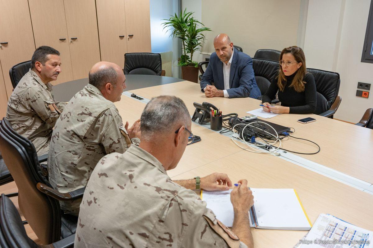Reunión de la alcaldesa y el concejal de Deportes con los responsables de la Escuela de Infantería de Marina