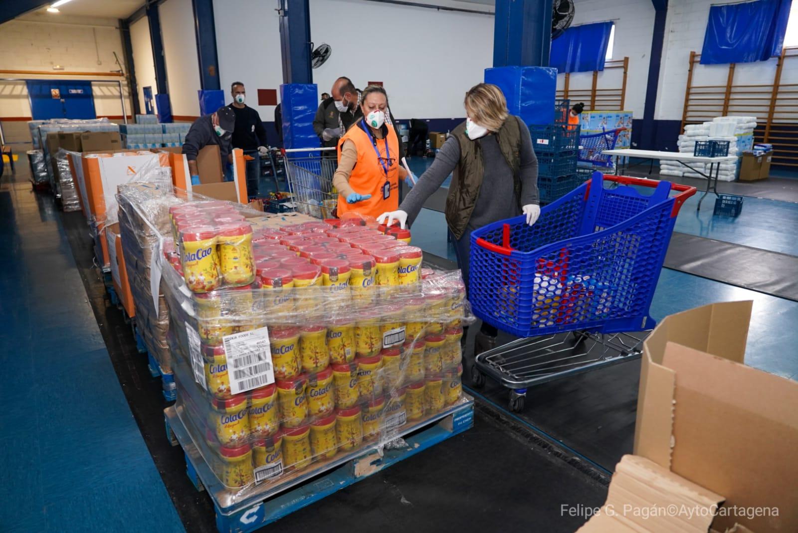 Noelia Arroyo, en el centro logístico municipal de emergencias donde se preparan los kits de alimentos e higiene para familias necesitadas