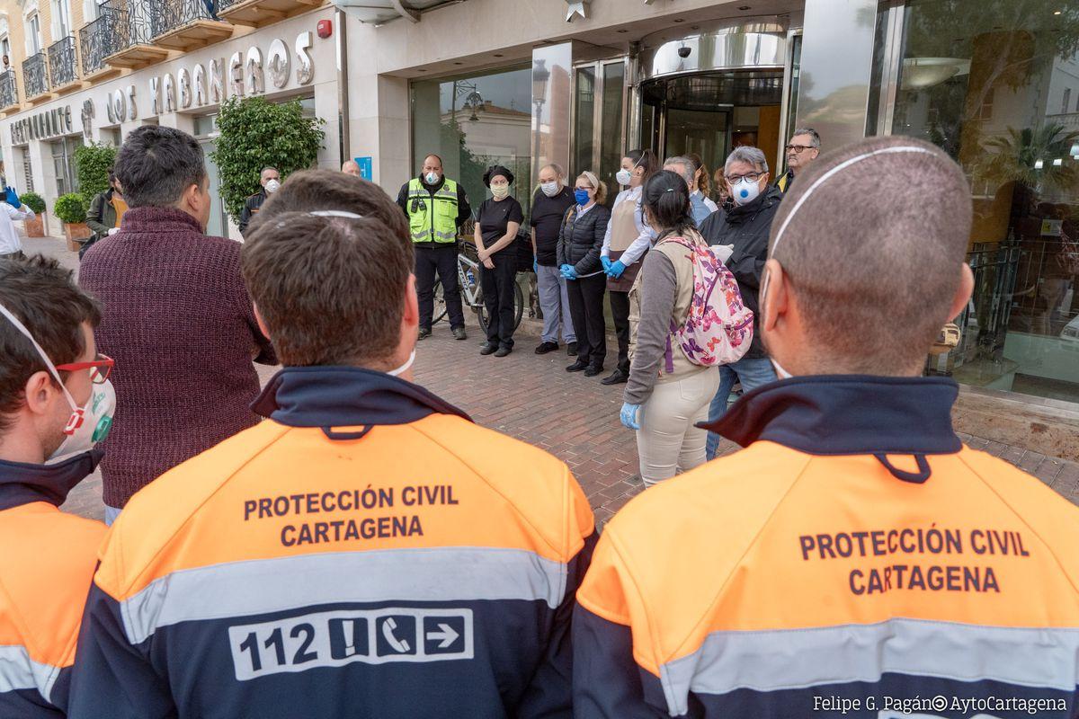 Trabajadores sociales, policías y 'sin techo' agradecen con un aplauso el trabajo del personal del hotel Los Habaneros