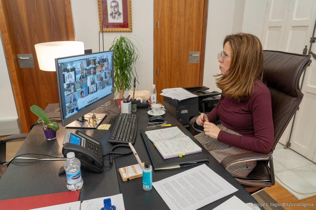 Ana Belén Castejón durante la reunión por videoconferencia con el presidente de la Comunidad Autónoma y alcaldes de la región